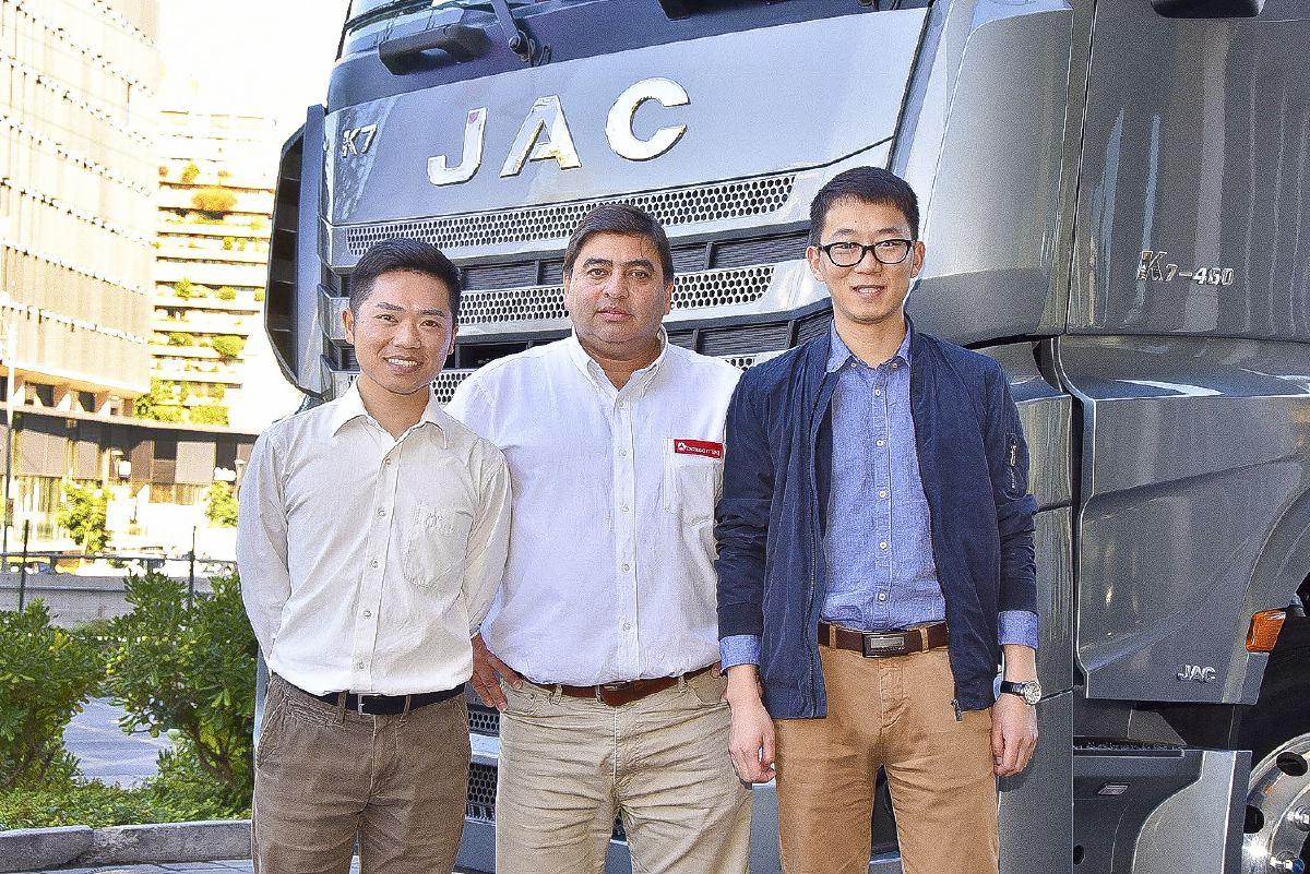 sociales JAC K7 9- Seven Wu, Cristián Segovia y Álvaro Yang