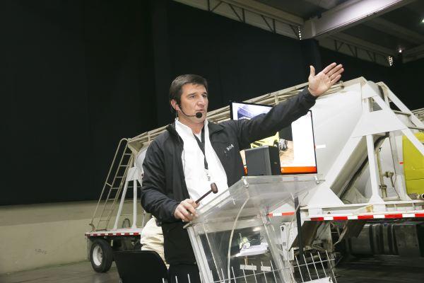 Fitran soc-El martillero Ignacio Beristain durante el remate de camiones y equipos.