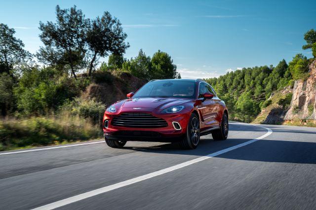 Aston Martin continúa su radical evolución: presenta su primer SUV